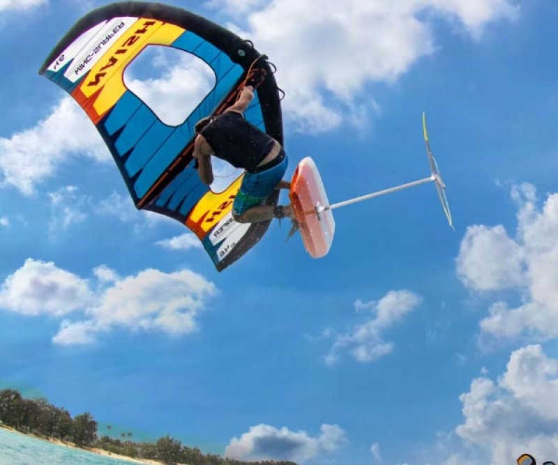 Naish S25 Wing Surfer beim Sprung